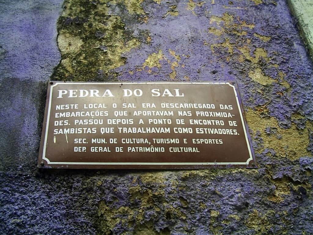 Placa fixada na Pedra do Sal contando sobre a história do local