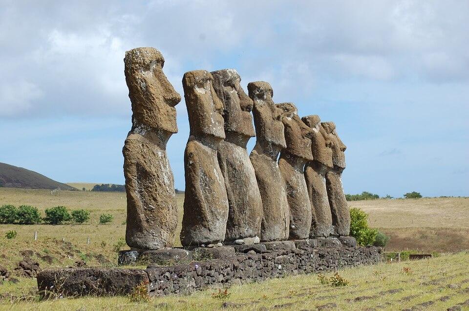 Foto das estátuas esculpidas em pedras na Ilha de Páscoa